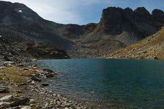 Paesaggio di un lago dell'alta montagna al giorno Immagine Stock