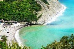 Paesaggio di una vista del mare con le montagne Fotografie Stock
