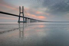 Paesaggio di Vasco da Gama Bridge ad alba Fotografia Stock