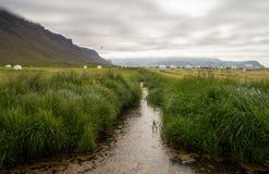 Paesaggio di verde dell'Islanda con le pile del fieno Fotografie Stock