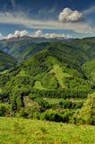 Paesaggio di Verticle con le montagne, il villaggio ed il pendio dello sci Fotografie Stock Libere da Diritti
