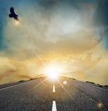 Paesaggio di vettore con l'aquila in ascesa royalty illustrazione gratis