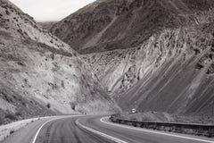Paesaggio di viaggio stradale della montagna in bianco e nero fotografia stock