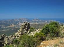 Paesaggio di vista dell'alta montagna con i picchi taglienti immagine stock libera da diritti