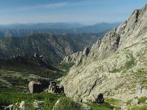 Paesaggio di vista dell'alta montagna con il cielo blu di nad dei massi fotografia stock