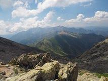 Paesaggio di vista dell'alta montagna con il cielo blu e le nuvole Immagini Stock