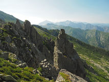 Paesaggio di vista dell'alta montagna con il cielo blu tagliente di nad dei massi Fotografie Stock