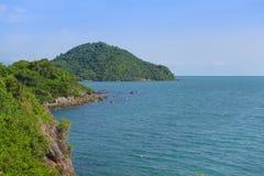 Paesaggio di vista della baia del mare, isola, scogliera della montagna e roccia tropicali Fotografia Stock