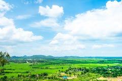 Paesaggio di vista superiore del prato verde con cielo blu e la montagna a Fotografia Stock