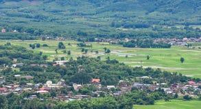 Paesaggio di zona agricola e del villaggio Fotografie Stock Libere da Diritti