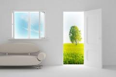 Paesaggio dietro la porta aperta e la finestra. Fotografia Stock