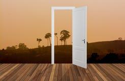 Paesaggio dietro la porta di apertura, 3D Immagini Stock Libere da Diritti