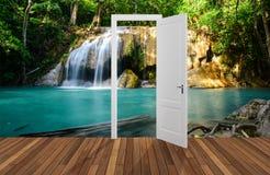 Paesaggio dietro la porta di apertura, 3D Immagine Stock