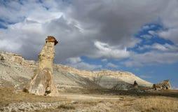 Paesaggio drammatico con le colonne a forma di fungo della roccia vulcanica in Cappadocia, formazione geologica unica, Turchia Fotografia Stock