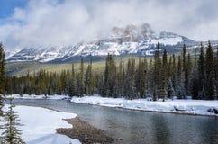 Paesaggio drammatico della montagna un giorno di inverno Immagini Stock