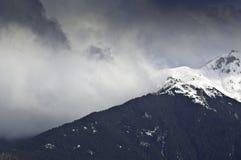 Paesaggio drammatico della nube nelle montagne Fotografie Stock