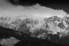 Paesaggio drammatico della nube nelle montagne Fotografia Stock
