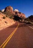 Paesaggio a due corsie dell'Utah di sud-ovest del deserto di viaggi di Hoighway della strada Fotografie Stock