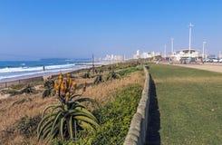Paesaggio e cielo blu costieri dell'orizzonte della città a Durban Immagini Stock