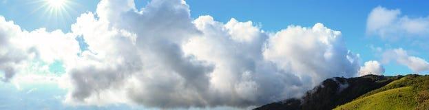 Paesaggio e cielo luminoso con luce solare sopra la montagna Fotografie Stock Libere da Diritti