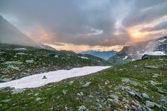Paesaggio e cloudscape alpini di elevata altitudine al tramonto Fotografie Stock