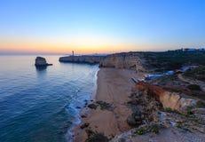 Paesaggio e faro di tramonto della costa di mare Fotografia Stock Libera da Diritti