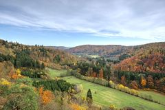 Paesaggio e foresta con i colori dell'autunno da sopra Immagini Stock