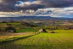 Paesaggio e paese siciliani di agricoltura Fotografie Stock