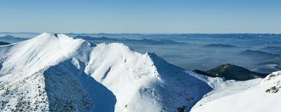 Paesaggio e picchi di inverno in montagne di Mala Fatra, Slovacchia immagini stock