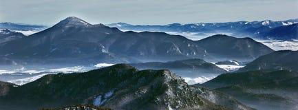Paesaggio e picchi di inverno in montagne di Mala Fatra, Slovacchia fotografie stock libere da diritti
