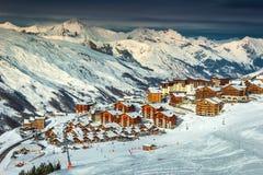 Paesaggio e stazione sciistica alpini nelle alpi francesi, Europa Immagine Stock