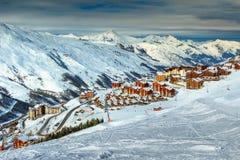 Paesaggio e stazione sciistica di inverno nelle alpi francesi, Europa Fotografie Stock Libere da Diritti