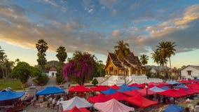 Paesaggio e tramonto al mercato di notte in Luang Prabang, Laos immagini stock libere da diritti
