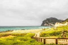 Paesaggio e vista sul mare verdi fertili, Al Mughsayl Rocky Beach, Salalah, Oman fotografia stock