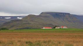 Paesaggio ed azienda agricola della montagna alla costa ovest dell'Islanda S recente Immagini Stock