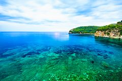 Paesaggio ed isola del mare nella sera nuvolosa Fotografie Stock Libere da Diritti