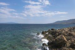 Paesaggio egeo della linea costiera dell'oceano da Mytilini Lesvos Spiaggia della Turchia del fondo dalla parte di sinistra Immagine Stock Libera da Diritti