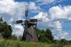 Paesaggio, estate, mulino a vento contro il cielo blu immagini stock