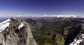 Paesaggio europeo Vista dei picchi europei, dalla montagna di Tiatordos L'Asturia, Spagna fotografia stock libera da diritti