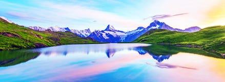 Paesaggio fantastico ad alba sopra il lago nelle alpi svizzere immagine stock
