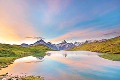 Paesaggio fantastico ad alba sopra il lago nelle alpi svizzere, Immagini Stock