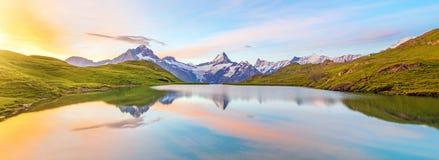 Paesaggio fantastico ad alba sopra il lago nelle alpi svizzere, Immagine Stock