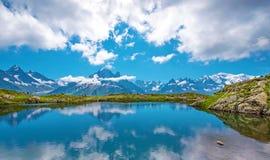 Paesaggio fantastico con il lago sui precedenti di Mont Blanc, F Fotografia Stock