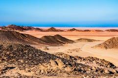 Paesaggio fantastico con le montagne e la sabbia al tramonto immagine stock libera da diritti