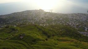Paesaggio fantastico dell'isola degli ischi, grande città in basso delle colline verdi, aereo archivi video