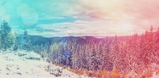 Paesaggio fantastico della montagna di inverno l'annuvolamento si rannuvola il mA immagine stock