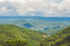 Paesaggio fantastico delle montagne di Dalat, del Vietnam, dell'atmosfera fresca, della villa fra la foresta, della forma dell'im Fotografie Stock Libere da Diritti