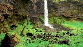 Paesaggio fantastico delle montagne e delle cascate in Islanda video d archivio