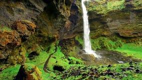 Paesaggio fantastico delle montagne e delle cascate in Islanda archivi video
