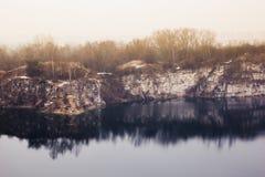 Paesaggio fantastico di autunno con il lago blu scuro nella cava e immagini stock libere da diritti